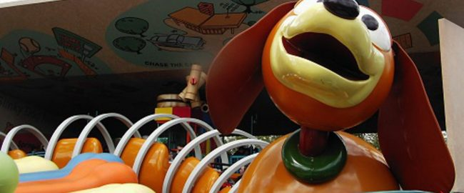 Hopelessly tangled Slinky Dog Dash vehicle. Photo by J Marsh [CC BY 2.0] via Flickr.