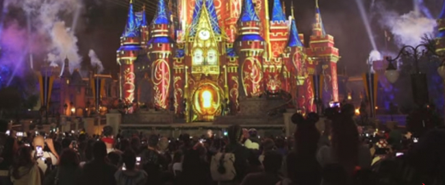 Disney guests videoing other guests videoing. Photo from Clifflix via YouTube.