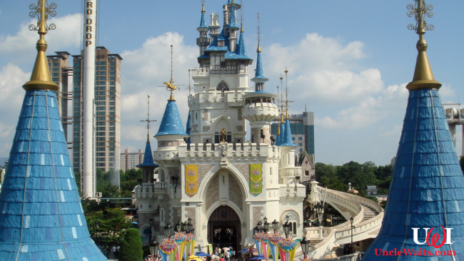 Totally Cinderella Castle being taken apart, and not Lotte World Theme Park in Korea. By Ziggymaster [CC BY-SA 3.0] via Wikimedia Commons
