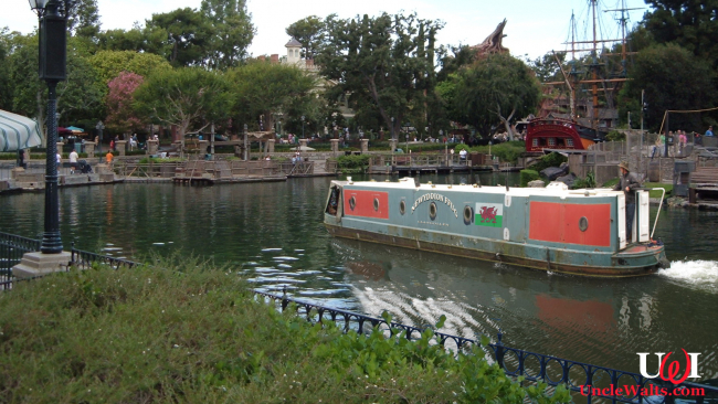 "The ""Newyddion Ffug"" navigates the Rivers of America. Photo by Michael Gray via Flickr & David Hawgood via geograph.org.uk [CC BY-SA 2.0]."