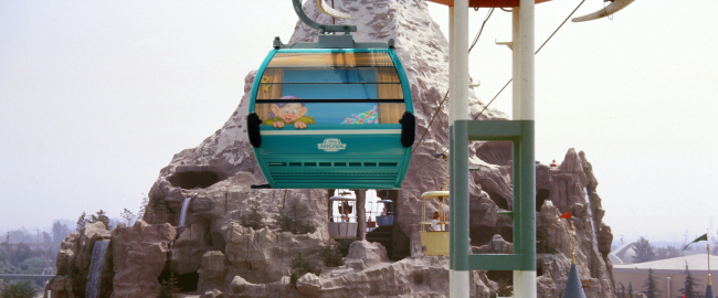 The new Disneyland Skyliner. Photo by Robert J. Levy [CC BY-SA 4.0] via Wikimedia, modified.